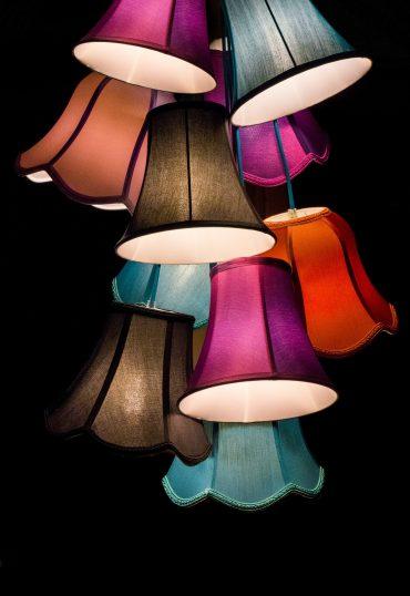 Voor en nadelen gekleurde lampen in huis.